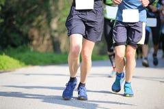 Бегуны бегут быстро во время вездеходной гонки Стоковая Фотография