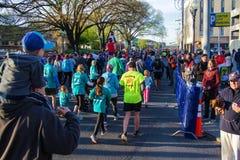 Бегуны - голубое †«Roanoke марафона Риджа, Вирджиния, США Стоковое Фото