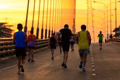 Бегуны, который побежали на мосте в утре Стоковое Изображение