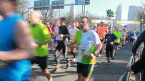 Бегуны на городском марафоне видеоматериал