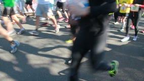 Бегуны на марафоне сток-видео