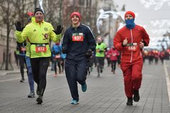 Бегуны на традиционной гонке рождества Вильнюса стоковые изображения