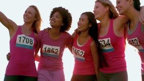 Бегуны поддерживая марафон рака молочной железы и принимая selfies акции видеоматериалы