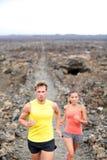 Бегуны по пересеченной местностей человека и женщины следа идущие Стоковые Фотографии RF