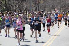 Бегуны приветственного восклицания вентиляторов в марафоне 2014 Бостона Стоковое Изображение RF