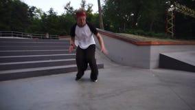 Бегун, бегущий по паркуру, проводит тренировки на открытом воздухе Быстро бегая и пропустив длинные ступеньки лестницы, начиная ф сток-видео