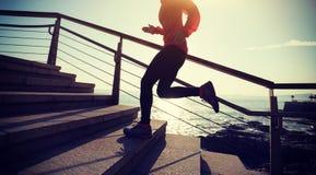 Бегун бежать вверх на следе побережья Стоковое фото RF