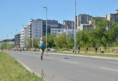 Бегун во время гонки марафона стоковая фотография