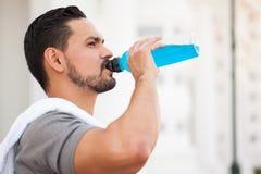 Бегун выпивая питье спорт Стоковое Фото