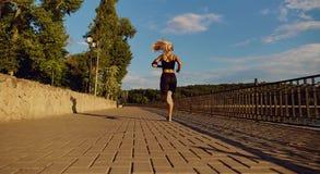 Бегун девушки jogging в парке на дороге Стоковое Изображение