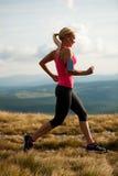 Бегун - женщина бежит страна cros на пути в предыдущей осени Стоковое Фото