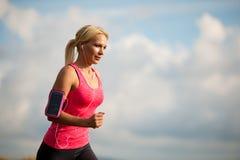 Бегун - женщина бежит страна cros на пути в предыдущей осени Стоковые Изображения