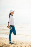 Бегун женщины бежать на пляже Стоковые Фотографии RF
