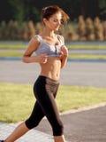 Бегун женщины. Девушка фитнеса бежать outdoors стоковая фотография rf