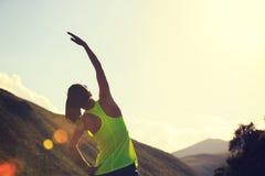 Бегун женщины нагревая на следе злаковика Стоковые Фотографии RF