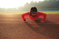 Бегун женщины нажимает вверх перед бегом Стоковое Фото