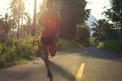Бегун женщины протягивая ноги перед бежать Стоковые Фотографии RF