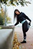Бегун женщины протягивая ноги перед бегом Стоковая Фотография RF