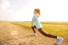 Бегун женщины протягивая ноги Стоковые Фотографии RF