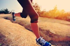 Бегун женщины фитнеса бежать на следе Стоковая Фотография