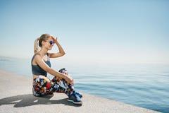 Бегун женщины фитнеса белокурый ослабляя после хода города Стоковая Фотография