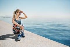 Бегун женщины фитнеса белокурый ослабляя после хода города Стоковые Фотографии RF