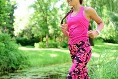Бегун женщины jogging в парке города Стоковое Фото