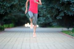 Бегун женщины jogging на парке Стоковая Фотография