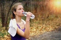Бегун женщины jogging на пути парка в парке Стоковые Фото