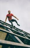 Бегун идя вниз с стены в испытании весьма гонки препятствия Стоковая Фотография RF