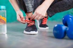 Бегун молодой женщины связывая шнурки Диета вокруг номеров измерения дисплея принципиальной схемы смычка пробела предпосылки diet стоковые изображения