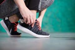 Бегун молодой женщины связывая шнурки Диета вокруг номеров измерения дисплея принципиальной схемы смычка пробела предпосылки diet стоковое изображение