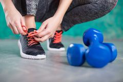 Бегун молодой женщины связывая шнурки Диета вокруг номеров измерения дисплея принципиальной схемы смычка пробела предпосылки diet стоковые фото