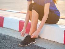 Бегун молодой женщины связывая шнурок перед подряд стоковое изображение rf