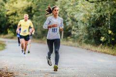 Бегун молодой женщины бежать в парке осени Стоковое Изображение