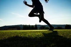 Бегун на траве стадиона Стоковые Изображения RF