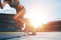 Бегун практикуя в стадионе атлетики Стоковые Изображения