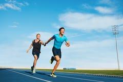 Бегун практикуя в стадионе атлетики Стоковая Фотография RF