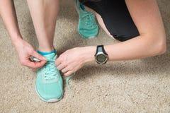 Бегун связывая шнурки нося монитор удельного расхода тепла и отслежыватель деятельности Стоковое Изображение RF