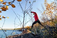 Бегун скачет на камень стоковое фото