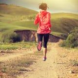 Бегун следа женщины бежать на грязной улице Стоковое Изображение