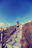 Бегун следа женщины бежать вверх на лестницах горы Стоковые Фотографии RF