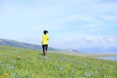 Бегун следа женщины бежать на красивой горной тропе Стоковое фото RF