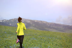 Бегун следа женщины бежать на красивой горной тропе Стоковые Фотографии RF