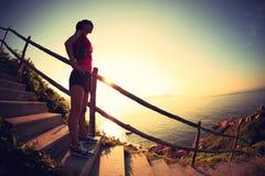 Бегун следа женщины фитнеса наслаждается взглядом на горной тропе взморья Стоковые Фото