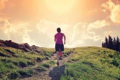 Бегун следа молодой женщины бежать на красивой горной тропе Стоковое Изображение