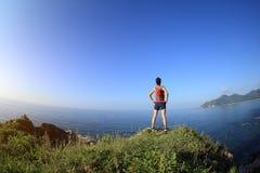 Бегун следа молодой женщины на горе взморья Стоковое Изображение RF