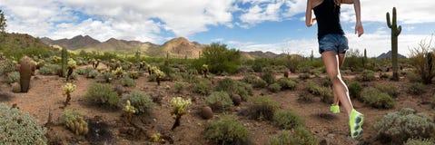 Бегун фитнеса горной тропы пустыни женский Стоковое Изображение RF