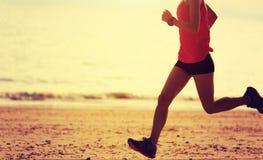 Бегун фитнеса женский бежать на пляже Стоковая Фотография RF