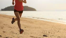 Бегун фитнеса женский бежать на пляже Стоковое Изображение RF